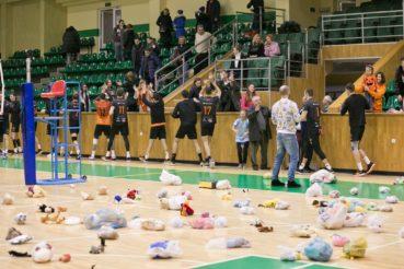 «Кажани» зібрали на матчі близько сотні іграшок для хворих діток