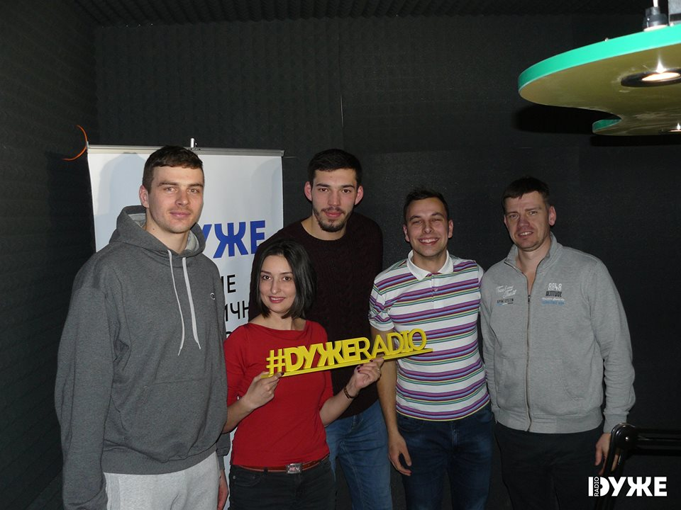 """Гравці й тренер """"Кажанів"""" відвідали ефір на """"DУЖЕ Radio"""""""